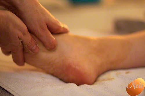Aanbrengen verwarmend voetbad en stimuleren drukpunten