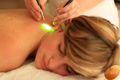 Harmoniseren van de energetische punten van de rug met chromatherapie