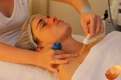 Harmoniseren van de energetische punten van het gelaat met chromatherapie