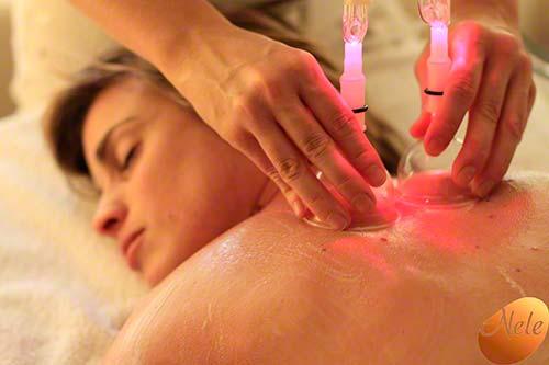 Oosterse Lymfedrainage van de rug met chromatherapie
