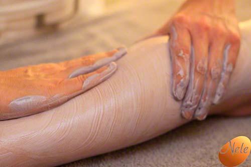 Aanbrengen van een energetische violette kleipakking op het gehele lichaam