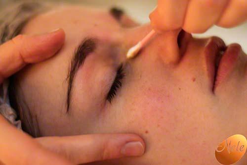 Aanbrengen van gepersonaliseerde crème rond de ogen