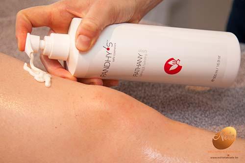 wellness-esthetiek-nele-gistel-epilatie-bovenbenen-met-suiker-suikerepilatie-sugaring-afwerking-met-pandhys-rathany-calming-body-lotion