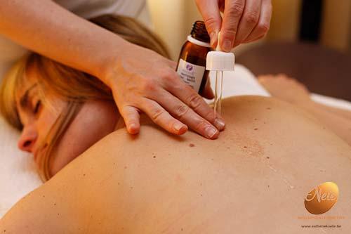 wellness-esthetiek-nele-gistel-phyto-5-ontspannende-rugmassage-losmaken-van-de-rug-met-behulp-van-verjongingsserum